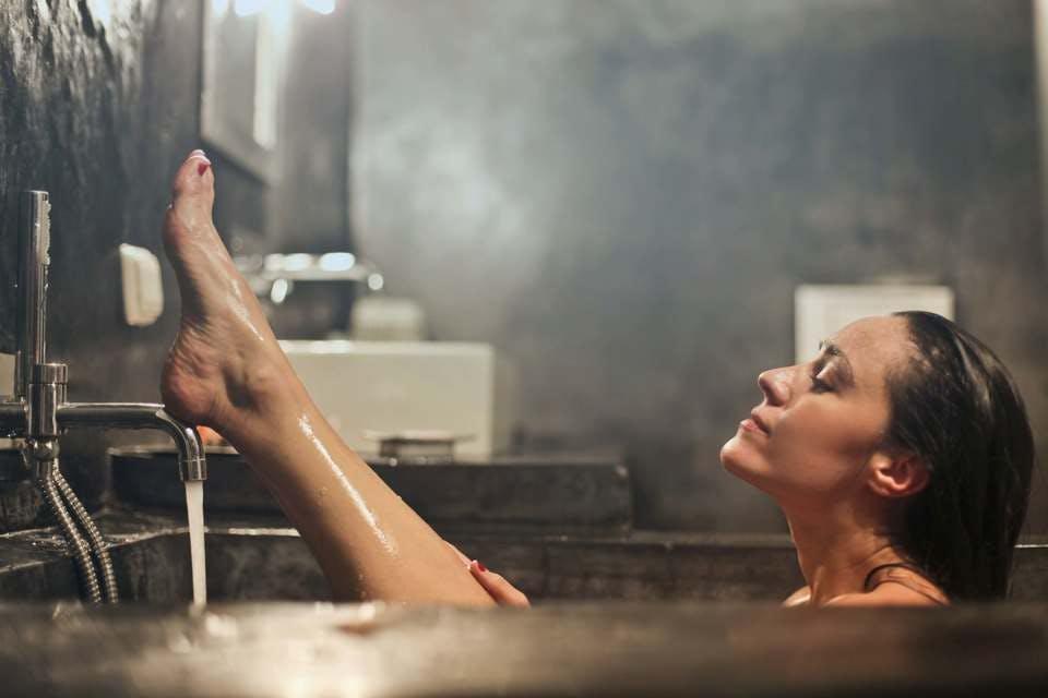 好きな色で手作りしたバスボムで入浴を楽しむ女性