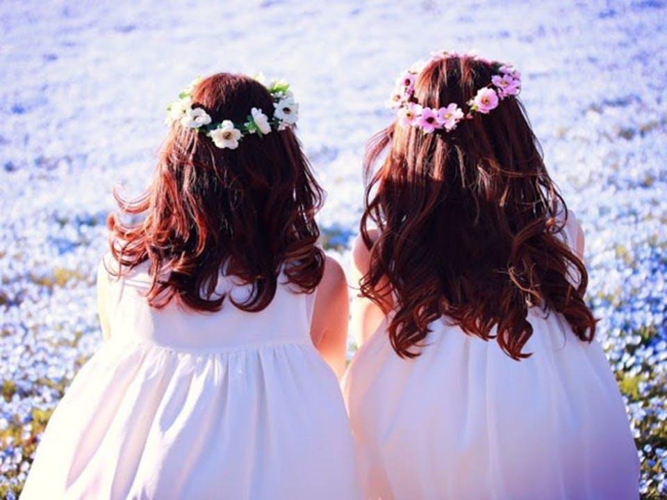 花かんむりをしている双子