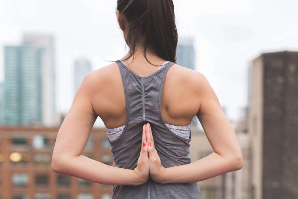 バストアップマッサージの準備で筋肉をほぐす女性