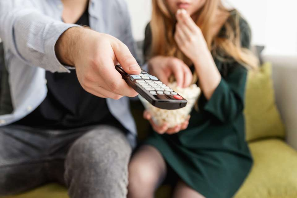 おうちデートでテレビを見る二人