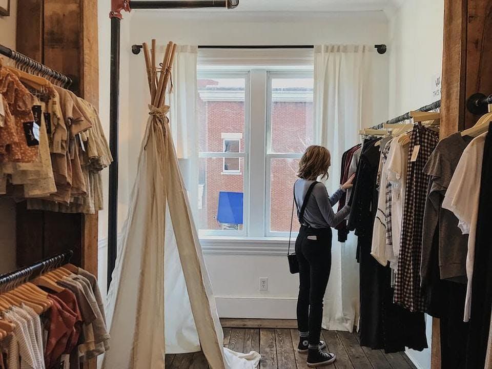 金沢の古着屋でショッピングを楽しむ女性