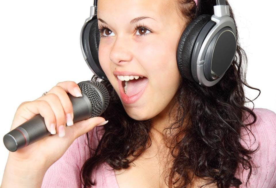 歌う黒髪の少女