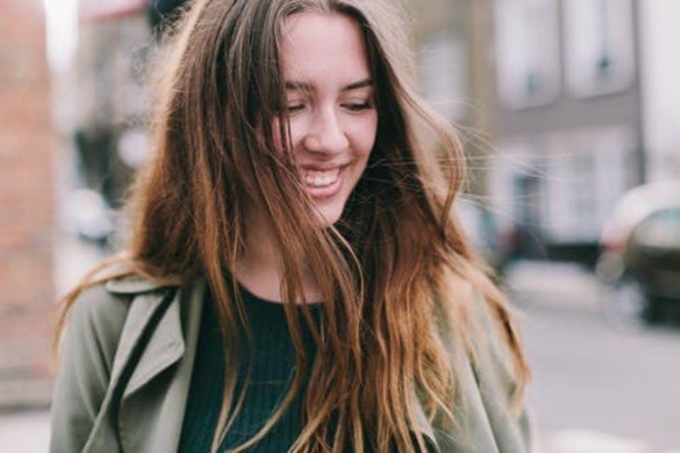 ニベアボディクリームでしっとり肌になり笑顔の女性