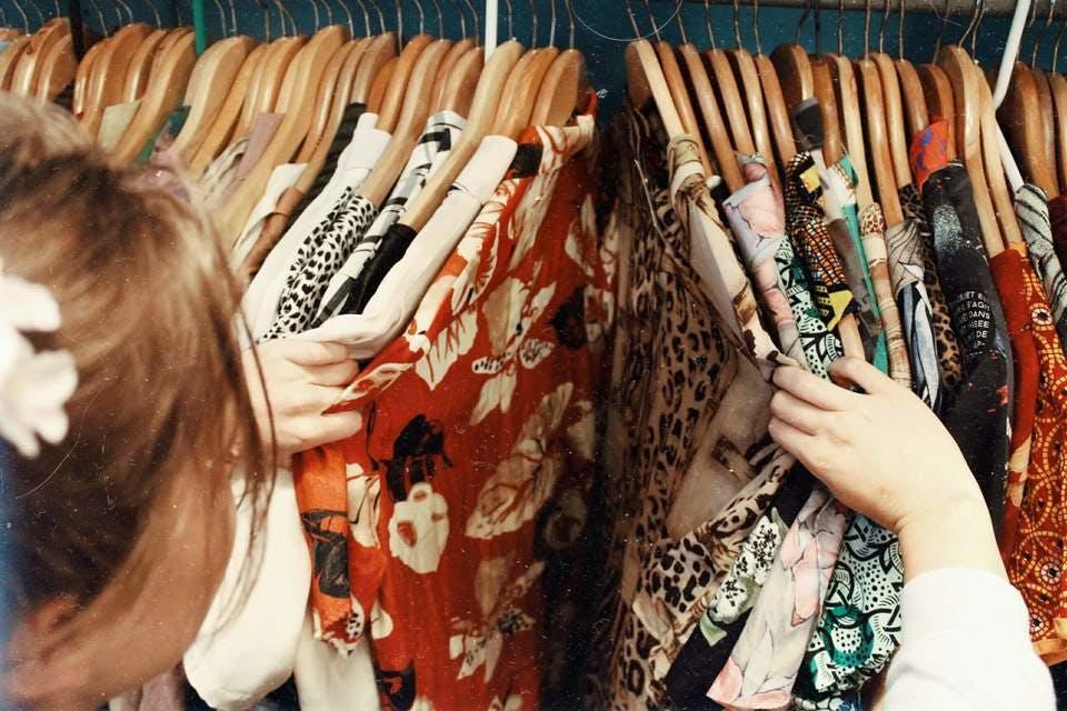 金沢の古着屋で古着を選ぶ女性