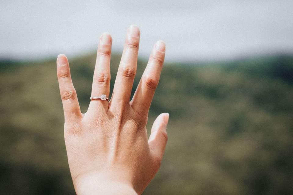度の爪を切るか夢で悩む人の手