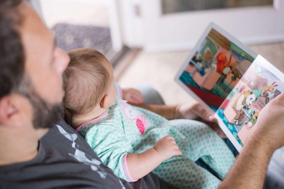 家庭崩壊した父親が子供に本を読む