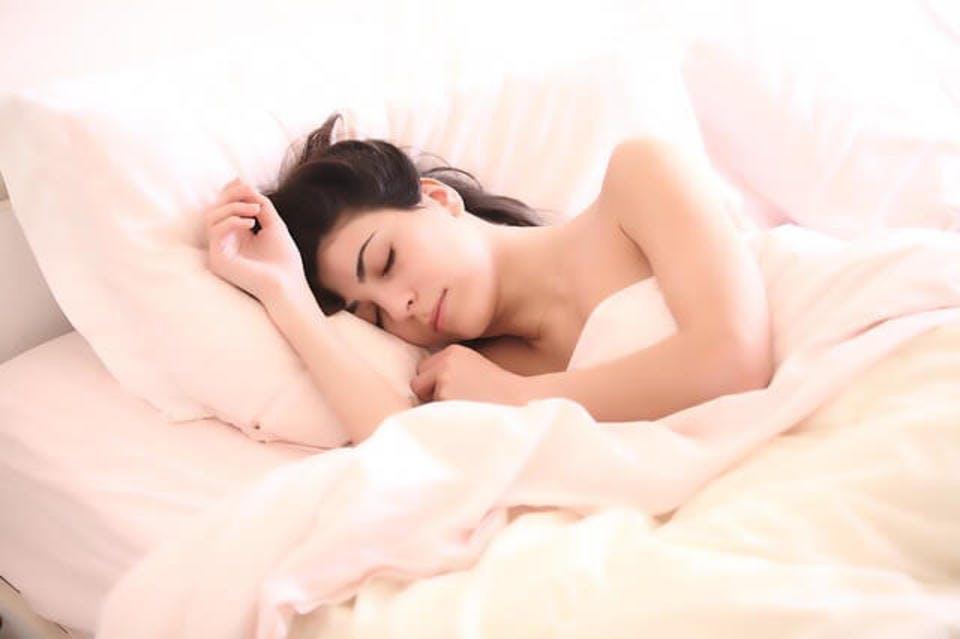 アイマスク以外の100均の快眠グッズを使って寝る女性