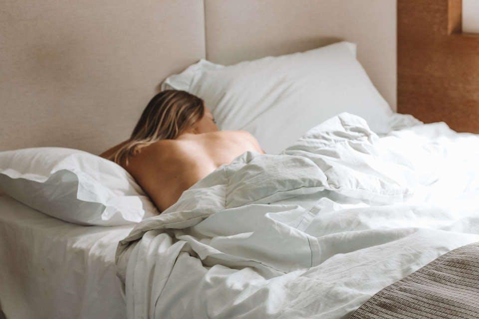 ベッドで初セックスを思い返す女性