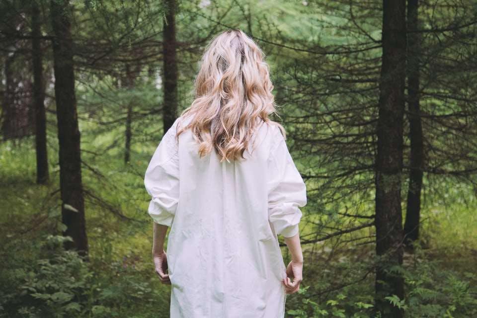 夏の白ワンピースを着た女性