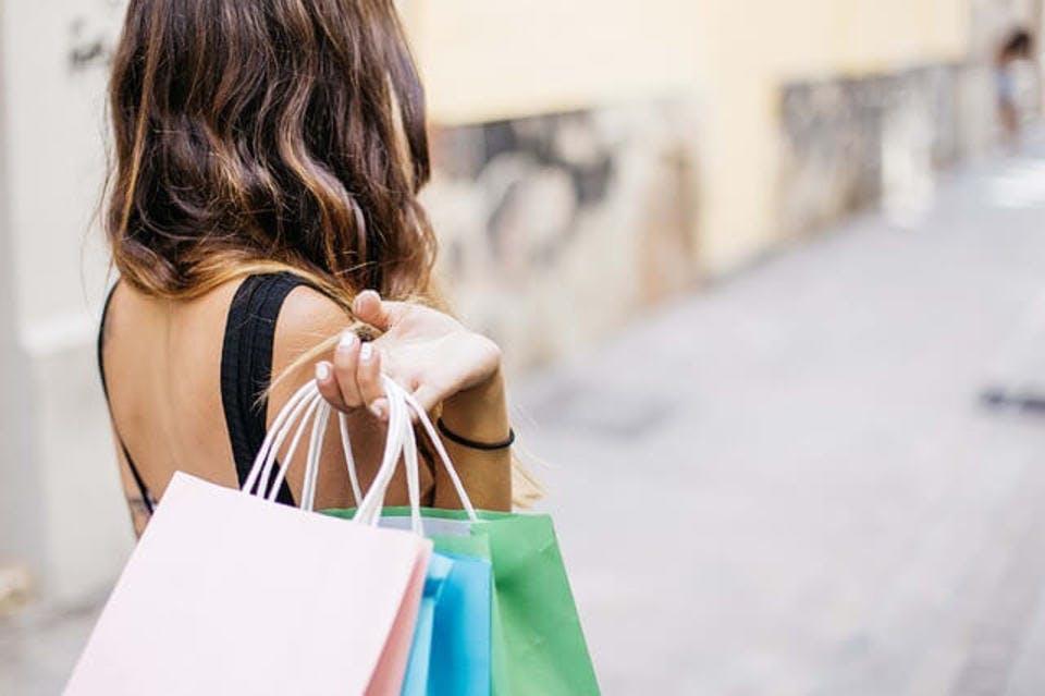 名古屋のセレクトショップでショッピングをしている女性