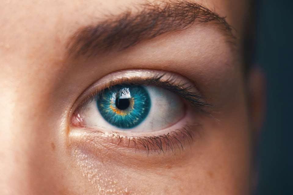 丸顔に合う眉毛を施した女性