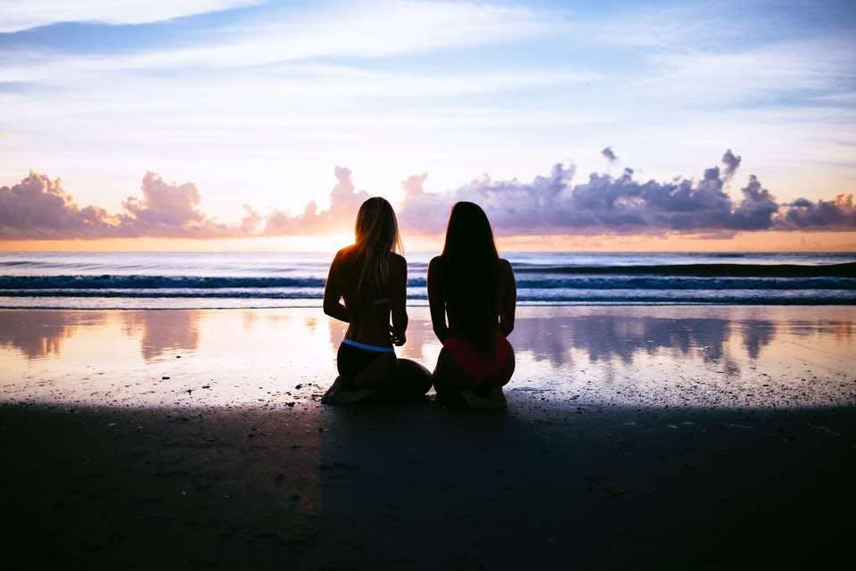 告白する勇気が出ず友達に相談する女性