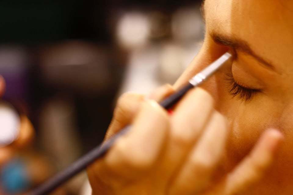 丸顔で悩む女性が眉毛を書いているイメージ