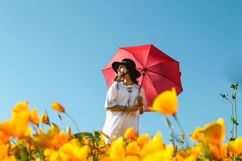 ニベアボディクリームで美白効果を期待する女性