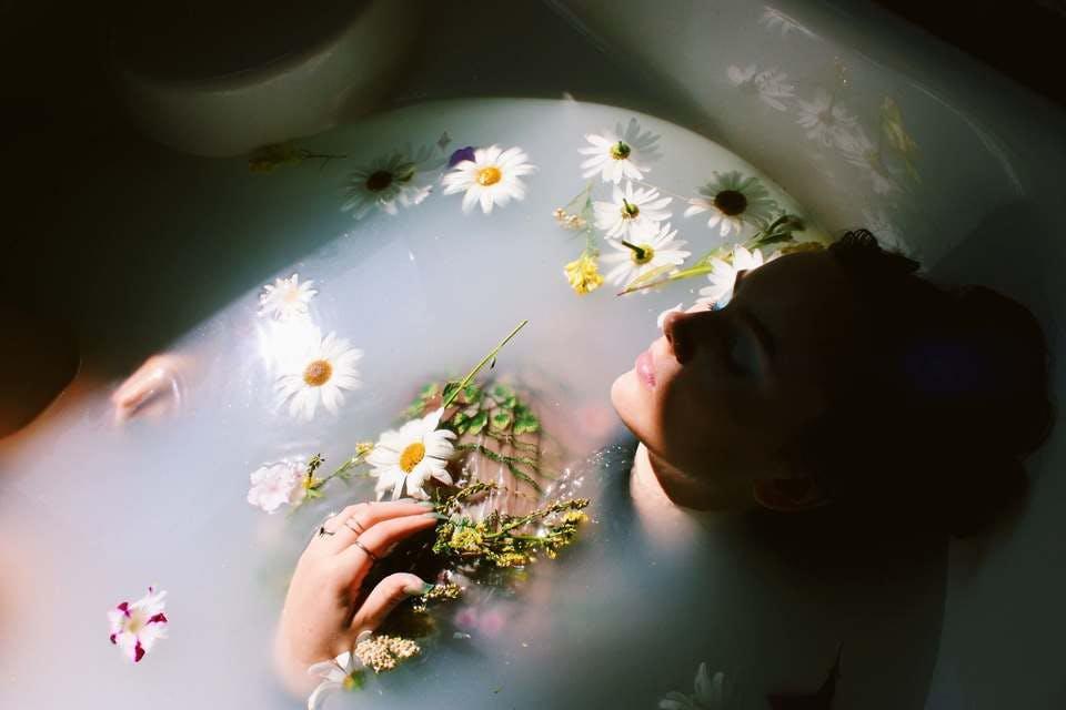 手作りバスボムの注意点を理解し入浴を楽しむ女性