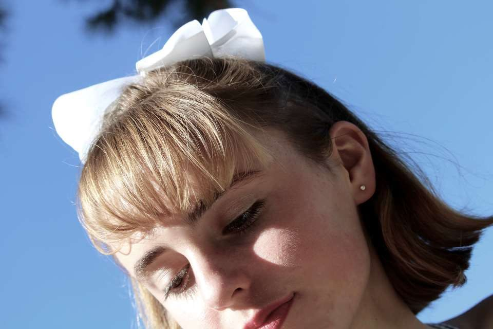 レトロ女の子リボンをつけたショートボブヘアーの女性