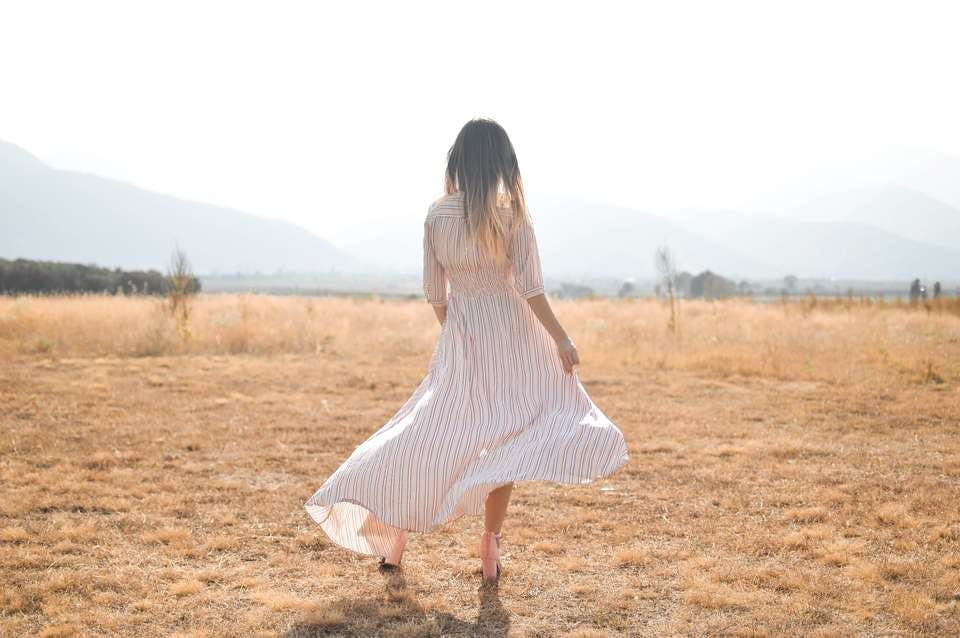 夏らしい白ワンピースを着た女性
