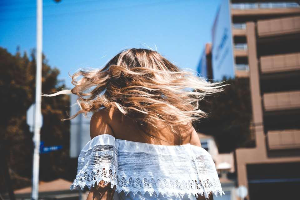 根元が黒くプリンになった痛んだ髪をストレートパーマの市販されているもので綺麗になった金髪の美女