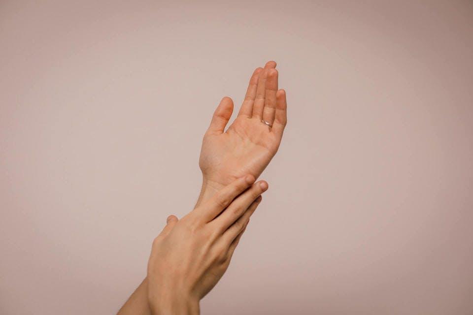ブランドハンドクリームを塗った人の手
