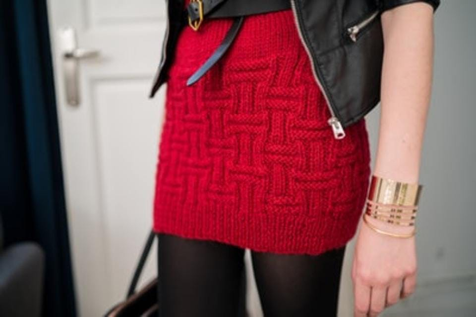 赤のニットワンピースを着た女性