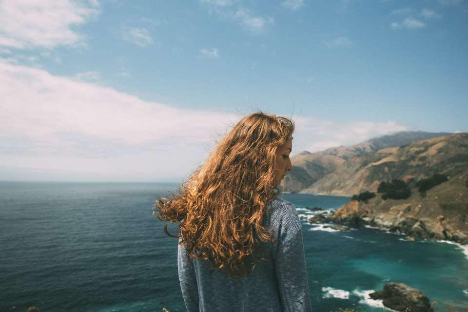 髪に優しいクリープパーマでイメチェンした女性