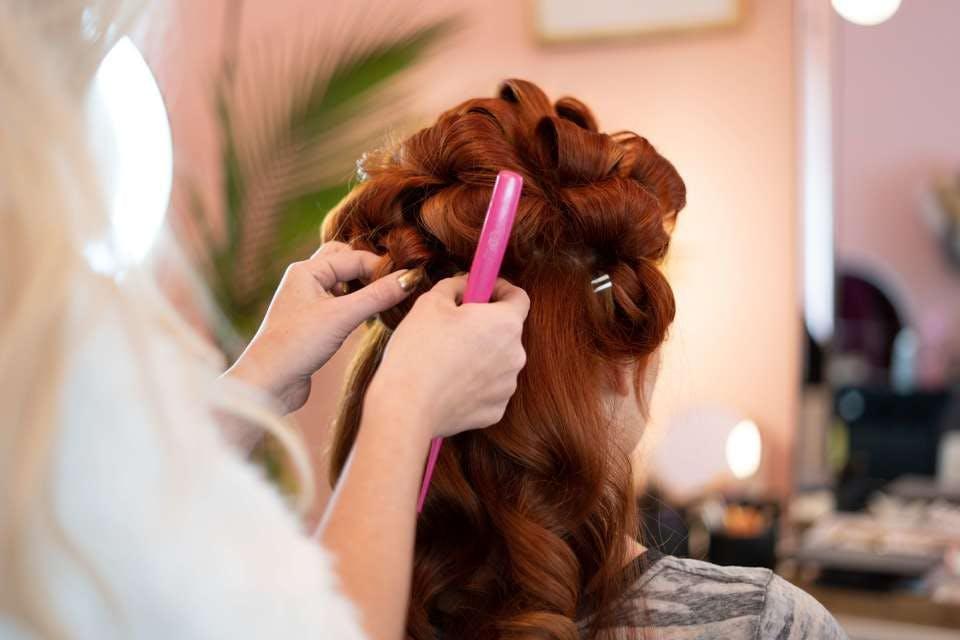 美容院でパーマを落とす女性
