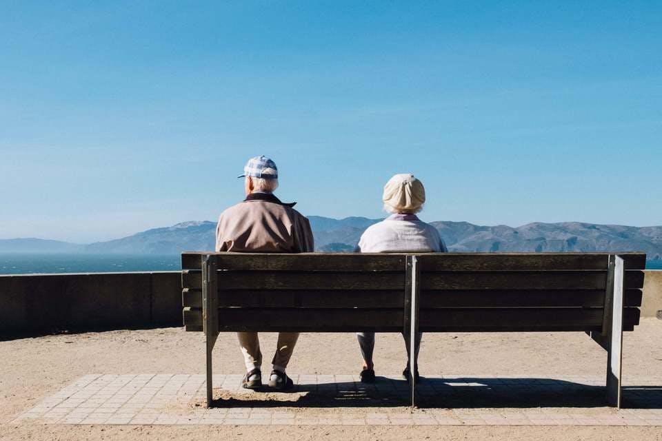 ベンチに座る子なし夫婦の老後