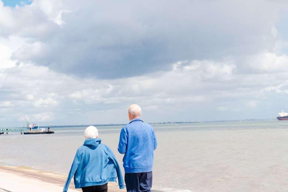 海を歩く子なし夫婦の老後