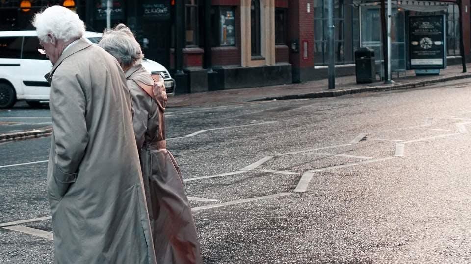 街を歩く子なし夫婦の老後