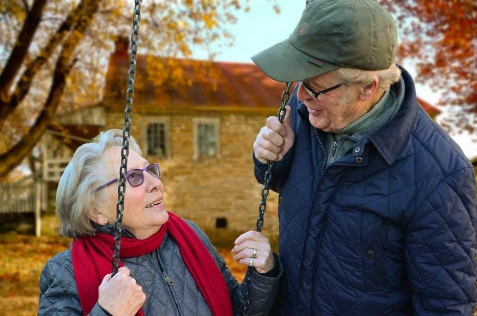 公園で子なし夫婦の老後
