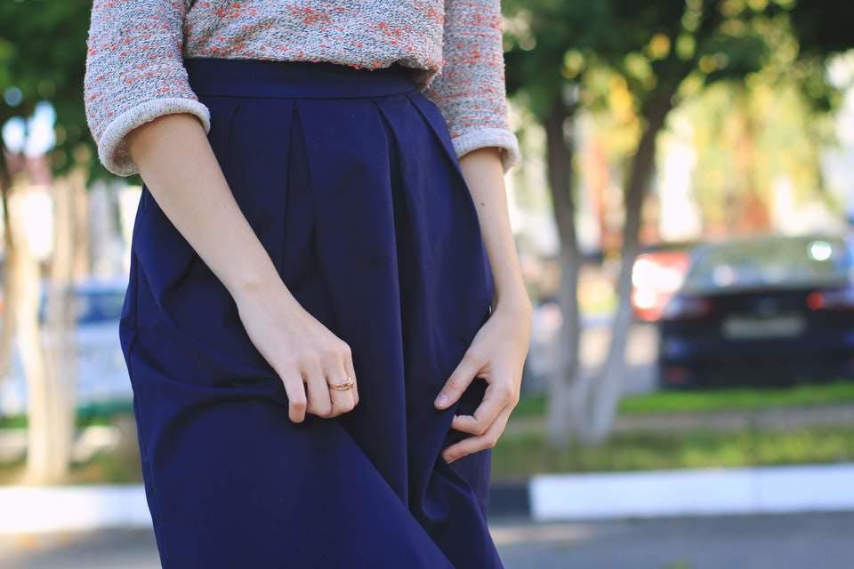 スカートとブルーニットを合わせたい女性