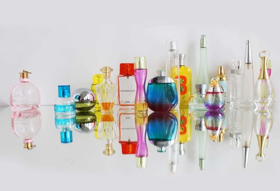 カラフルな香水収納