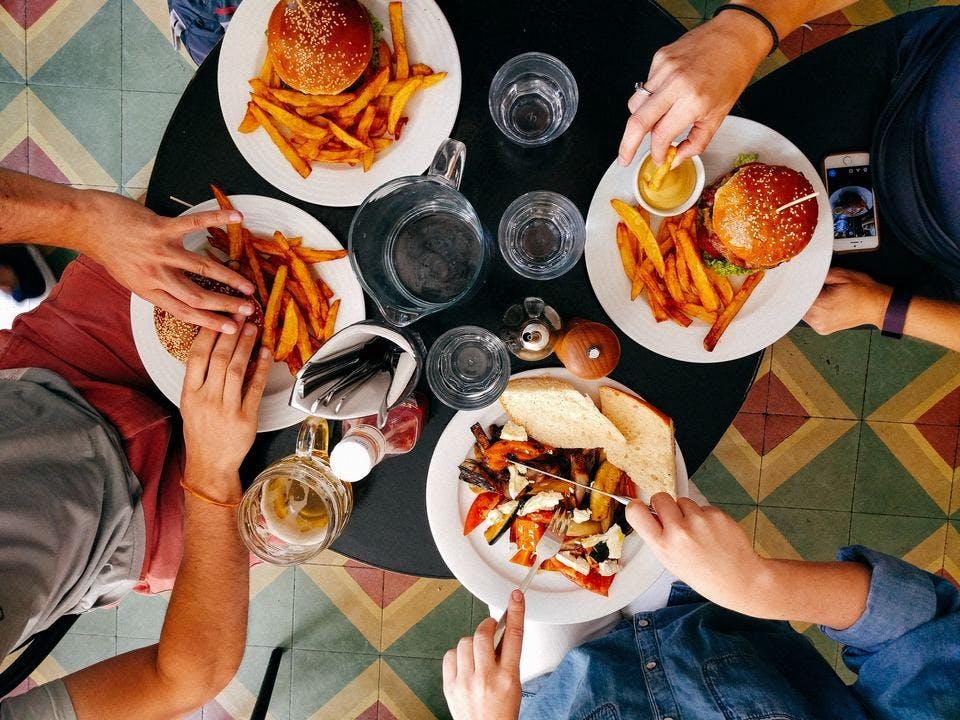 楽しく夜食を食べる人たち
