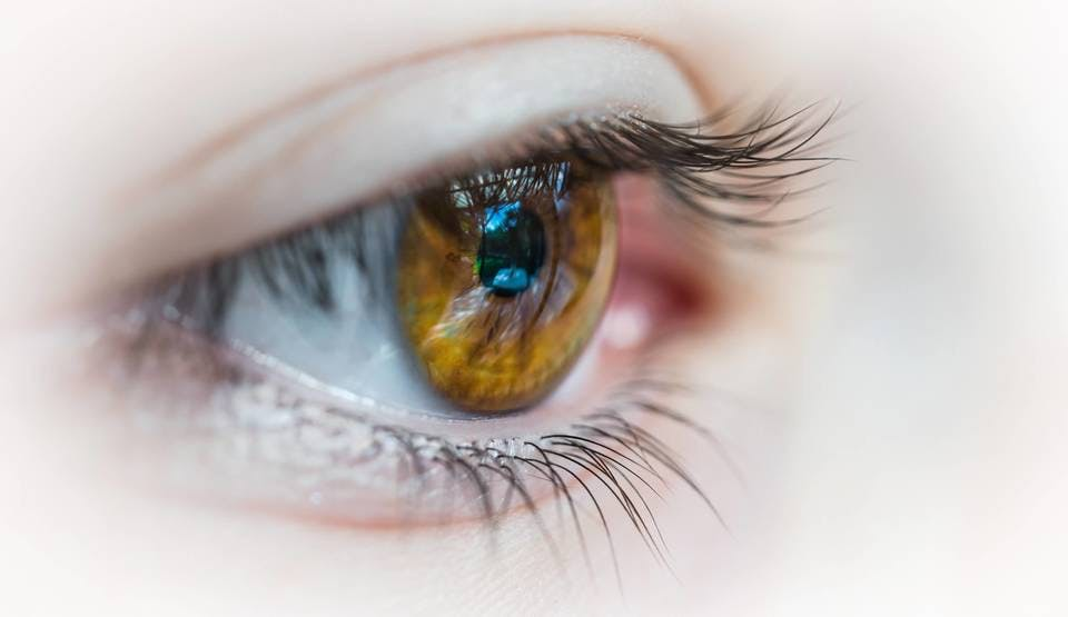 マツエクオフとリペアについて考える女性の瞳