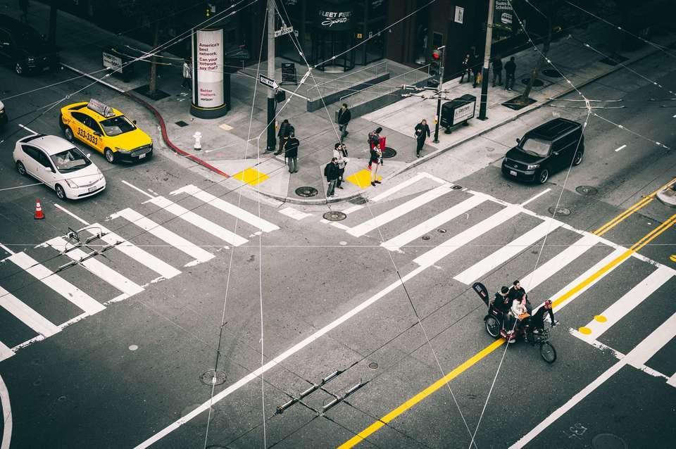 複数の交差する道で車をぶつける夢