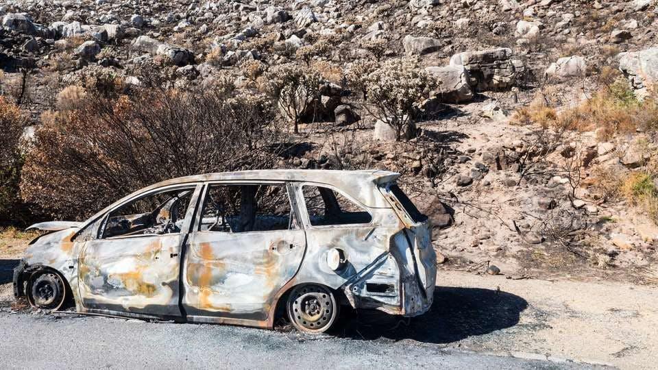 車をぶつける夢の大きく破損した車