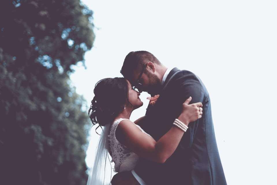 幸せそうに芸能人とキスする結婚式の夢の様子