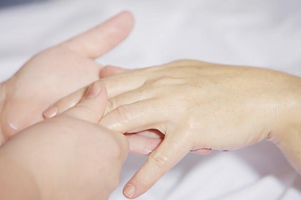 爪磨きをされている人