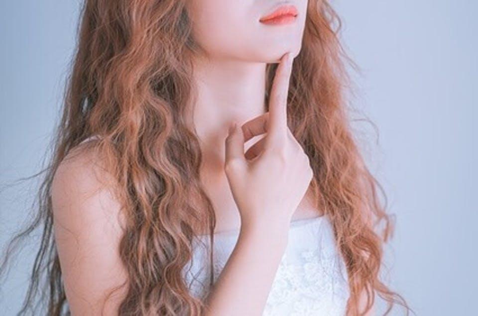 前髪パーマについて考える女性