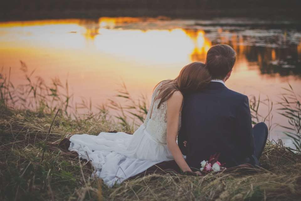 川辺で寄り添う夫婦