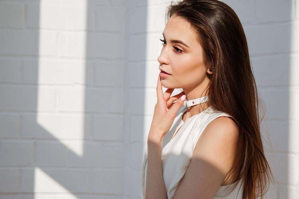 肌に優しい化粧下地を使いたいと悩む女性