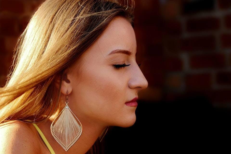 フェイスラインが美しい女性は小顔ローラーの正しい使い方を実践している