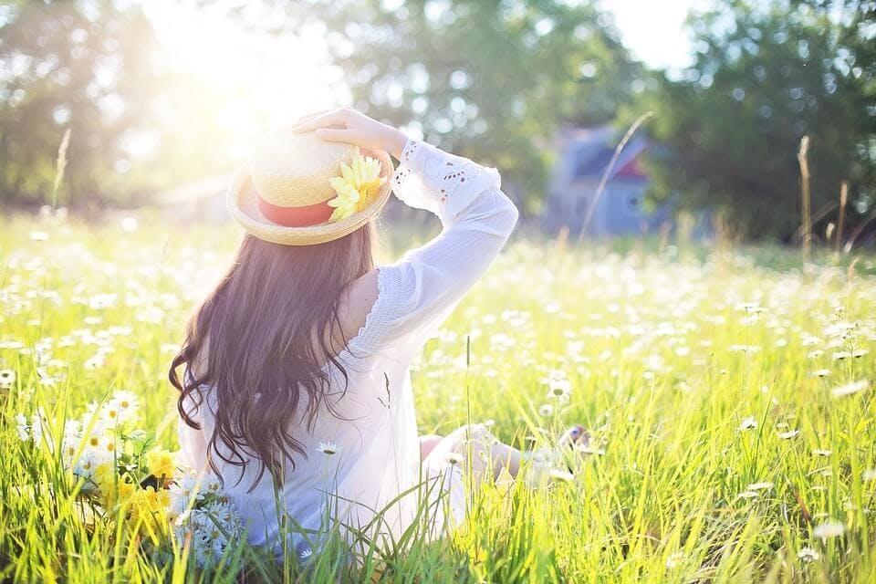 ニキビ跡美容液陽を浴びる女性