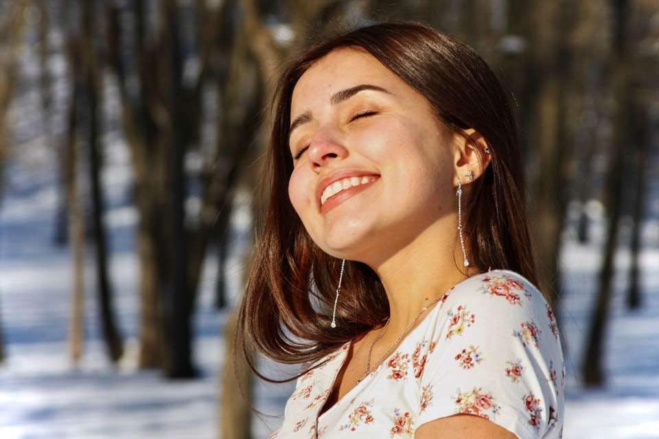 洗顔シートで時短ケアでき笑顔の女性