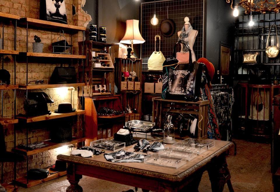 アンティーク商品が並ぶ新宿の雑貨屋