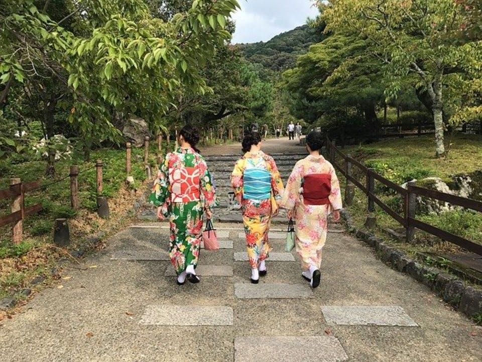 お気に入りの御朱印帳で京都をめぐる女性