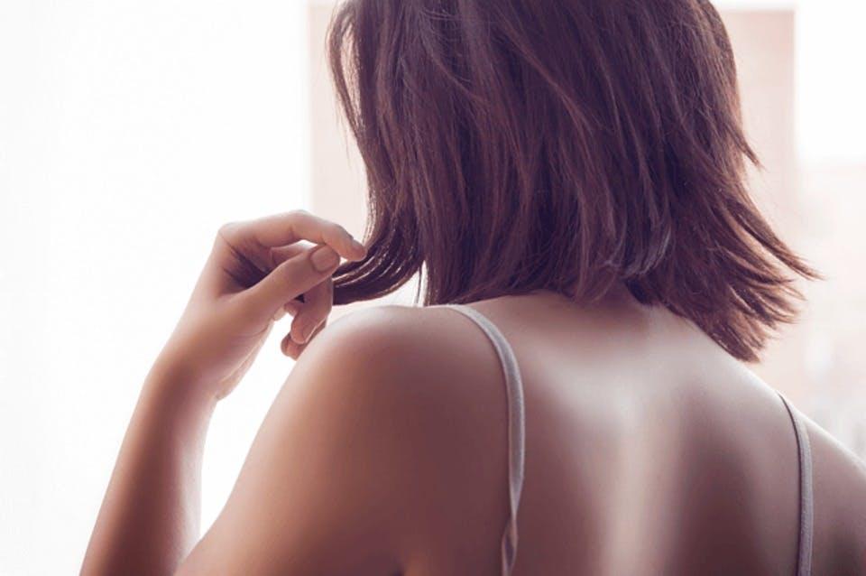 垂れ乳で悩む女性の後ろ姿