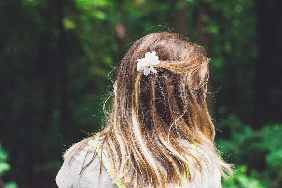 丸顔に似合う前髪をしようか悩む女性