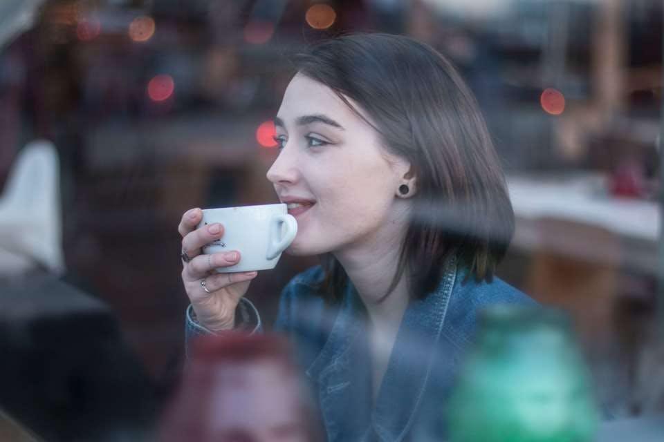カフェでコーヒーを飲むワンカールボブ