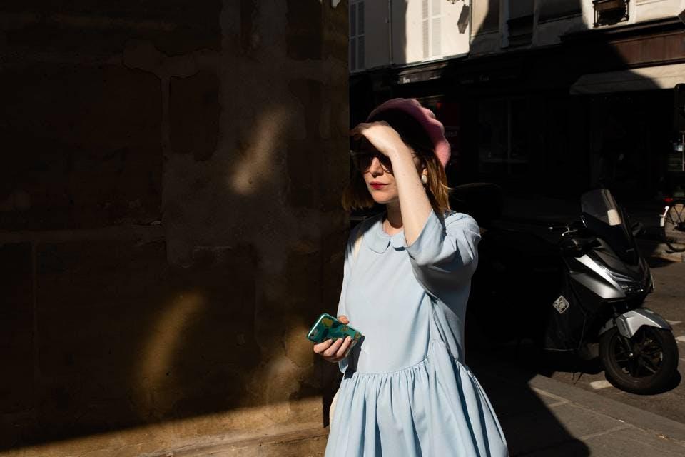 オシャレなワンカールボブのパリ女性